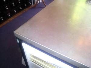Arbeitstisch (früherer Bürotisch) mit Metall überzogen