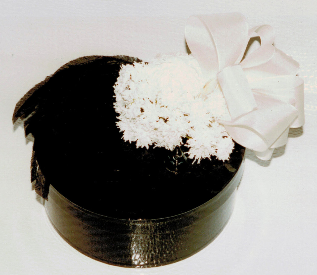 schwarze Box mit Federn, Seidenblumen, Schleife / black box with feathers, artificial flowers, bow