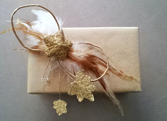 Papierschleife m.gold.Akzenten, hier als Verpackungselement / paper bow with gold.accents, here as gift wrapping element