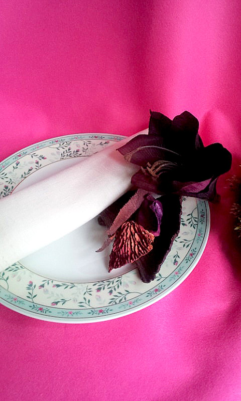 napkin decor with flowers and potpourri